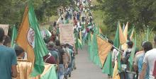 groupes de personnes manifestant avec des drapeaux du CNA
